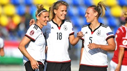 Jubel bei den Nationalspielerinnen Anja Mittag, Lena Petermann und Kristin Demann (v.l.) © imago/foto2press