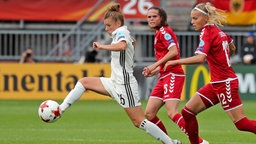 Deutschlands Nationalspielerin Linda Dallmann (l.) behauptet den Ball. © imago/foto2press Foto: Oliver Zimmermann